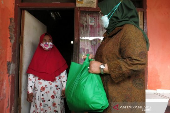 Bupati Bogor bagikan paket sembako di zona rawan pangan