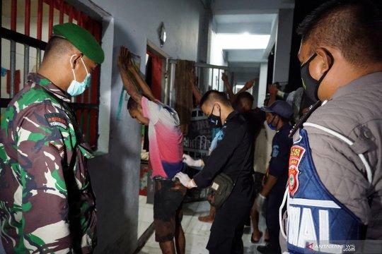 Petugas razia sel di Lapas Sorong