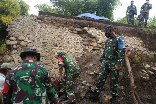 Satuan Tugas Zeni TNI AD bangun jembatan di Kabupaten Bima