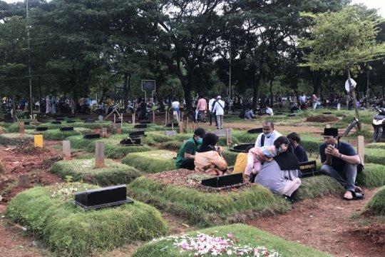 Ratusan warga memaksa masuk ke TPU Tegal Alur untuk berziarah