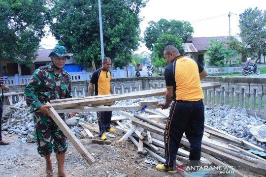 Jelang Ramadhan, Polres Maluku Tengah bersihkan masjid