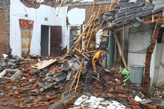 Penanganan dampak gempa Malang