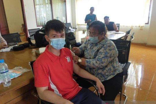Atlet Pelatda Sumut mendapatkan vaksin COVID -19 hadapi PON di Papua