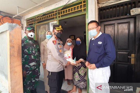 Polsek Pasar Minggu distribusikan beras pada warga terimbas COVID-19