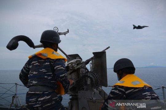 Pesawat TNI AU F-16 hadir saat latihan Operasi Amfibi 2021