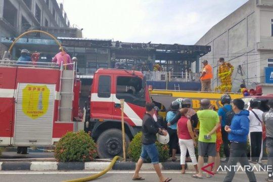 Dua penghuni terjebak kebakaran ruko di Singkawang terbakar