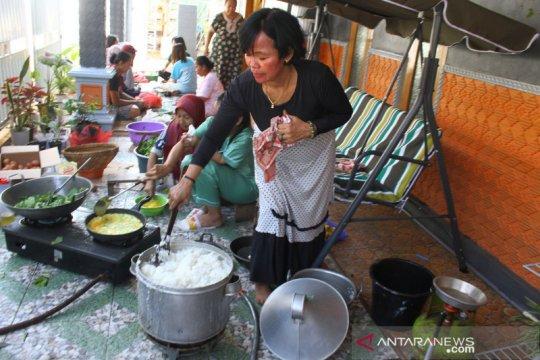 Warga dirikan dapur umum bagi korban bencana gempa di Malang