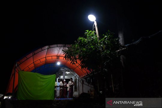 Shalat Tarawih di lokasi bencana gempa bumi Malang