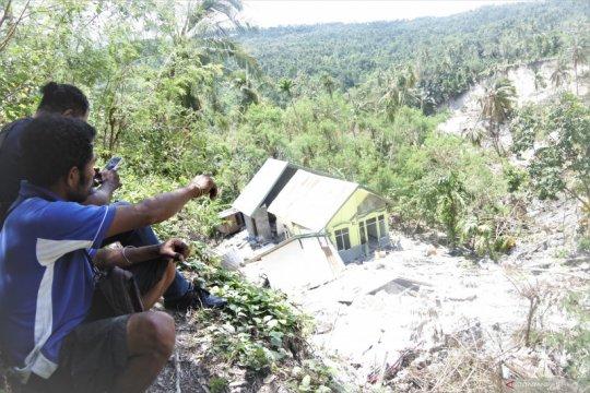 Sumber air muncul di lokasi longsor di Tunbaun Kupang