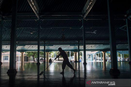 Bersih-bersih dan disinfeksi masjid jelang Ramadhan