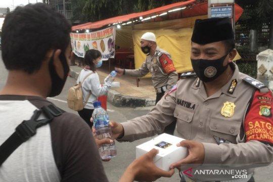 Polisi bagikan takjil gratis kepada pengendara di depan gedung Samsat