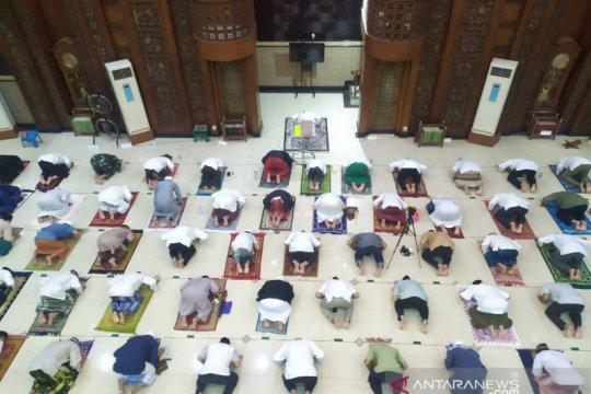 Masjid di Kota Bekasi gelar tarawih dengan prokes, diacungi jempol