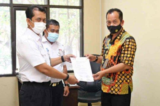 KAI Cirebon serahkan barang temuan berharga ke polisi