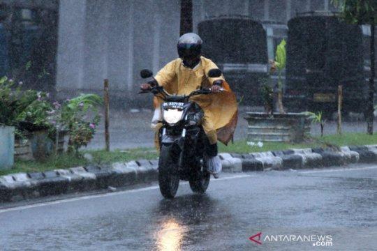 Hujan diprakirakan turun di sebagian wilayah Indonesia
