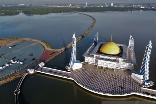 Masjid Alam di Teluk Kendari