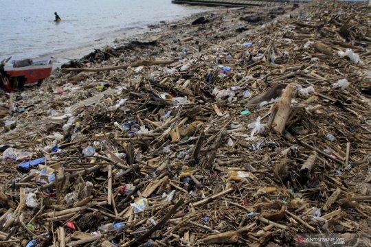 Sampah di pantai Kupang akibat siklon tropis Seroja