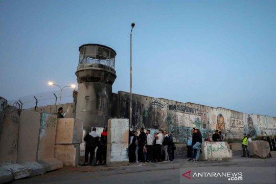 Warga Palestina seberangi pos pemeriksaan untuk shalat Jumat di Masjid Al-Aqsa