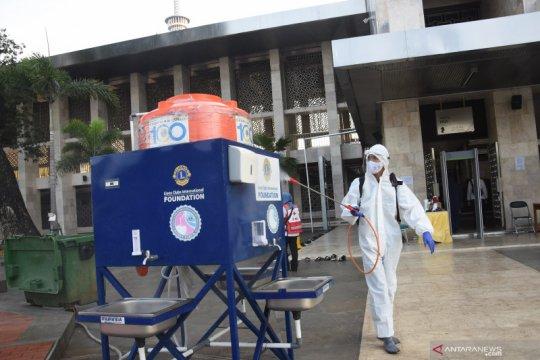 Penyemprotan disinfektan di Masjid Istiqlal