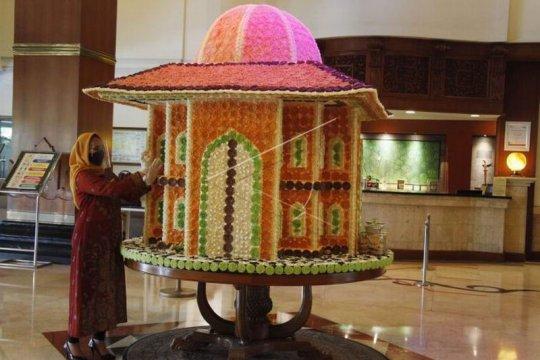 Replika masjid berbahan makanan tradisional