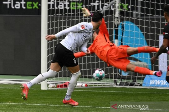 Gladbach cukur Frankfurt, Freiburg kirim Schalke ke ambang degradasi