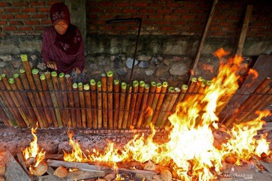 Pembuatan lemang di Aceh