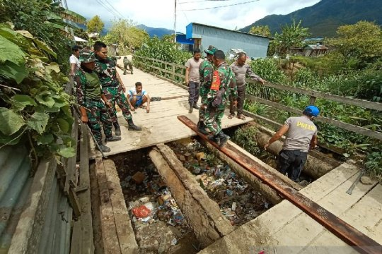 TNI-Polri perbaiki jembatan penghubung kampung Ikebo-Kimupugi