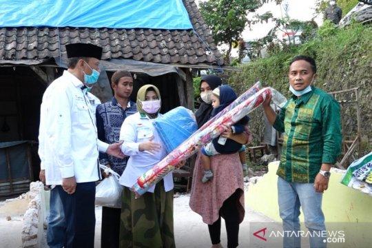 Anggota DPR bantu korban bencana di Lumajang