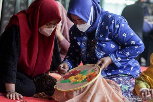 Pemberdayaan kaum perempuan melalui pelatihan melukis