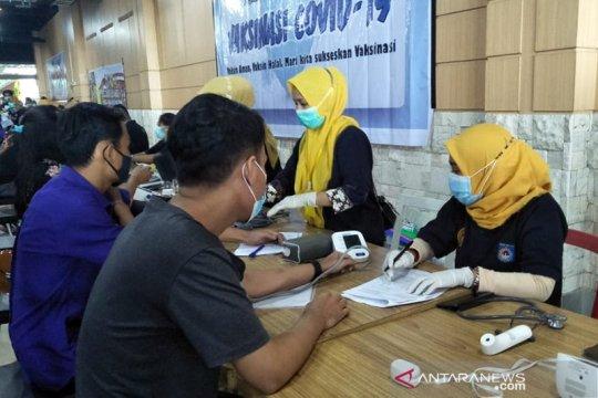 Vaksinasi lansia, RSUD Mataram-NTB buat tim penjemputan siang-malam
