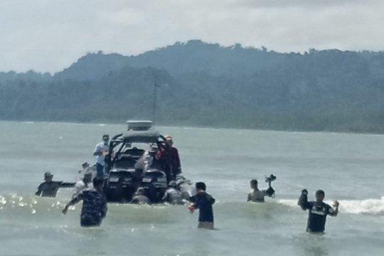 TNI AL evakuasi warga penjaga rakit terdampak siklon tropis