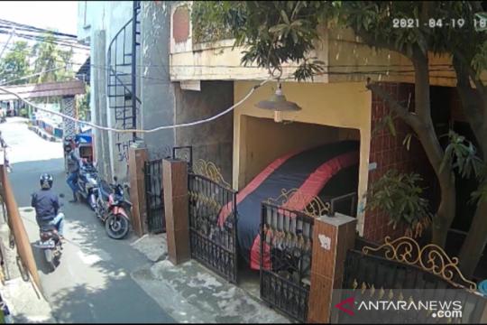Dua orang mencuri motor di Jakarta Utara terekam CCTV