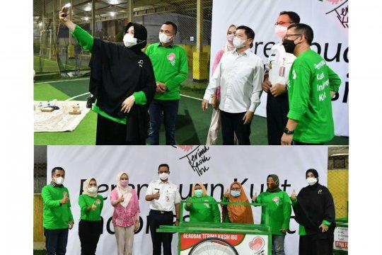 Ketum PPP dan Gubernur Anies Baswedan bagikan gerobak di Hari Kartini