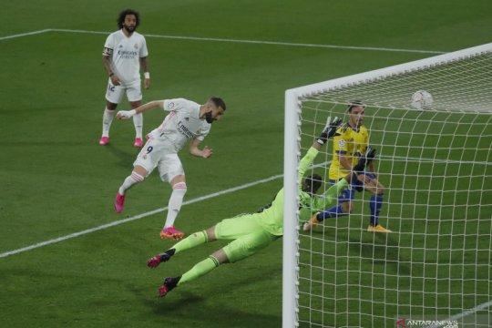Dua gol Benzema antarkan Real Madrid puncaki klasemen Liga Spanyol