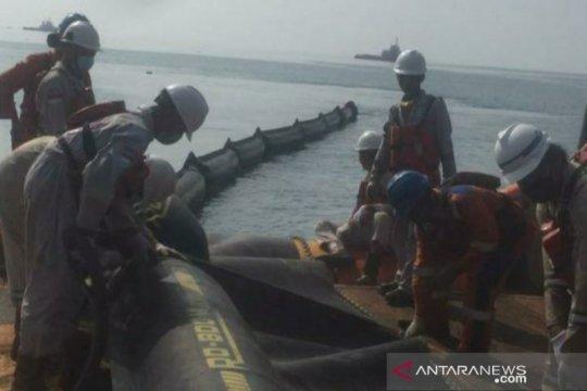 Warga dan PHE ONWJ bersihkan sisa kebocoran minyak di pantai Karawang