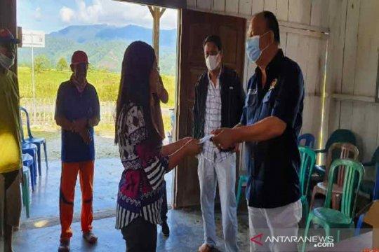 Anggota Komisi VIII DPR RI kunjungi Desa Meko serahkan bantuan