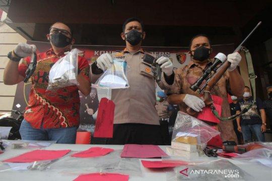Polda Jatim tangkap guru SMP asal Malang perakit senjata api ilegal