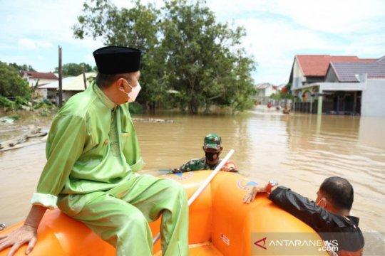 Gubernur Riau evakuasi warga dan kucing di daerah banjir Pekanbaru