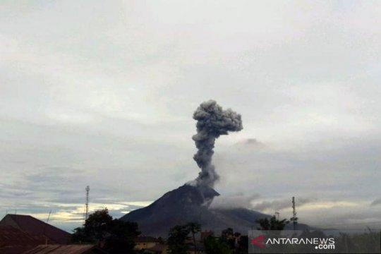 Erupsi Gunung Sinabung luncurkan abu vulkanik setinggi 2.000 meter