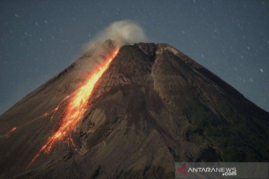 Gunung Merapi meluncurkan awan panas guguran sejauh 2 km