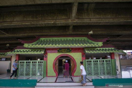 Masjid arsitektur Tiongkok di kolong tol