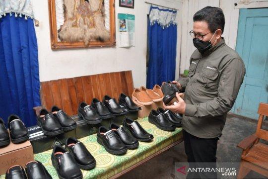 Gus Menteri tinjau produksi sepatu Baker's milik BUMDes