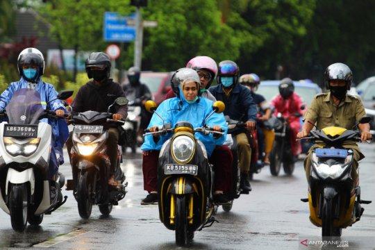 Sebagian DKI Jakarta turun hujan intensitas sedang pada Senin