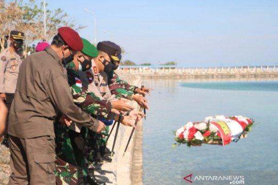 TNI dan Polri di Kupang tabur bunga gugurnya prajurit KRI Nanggala