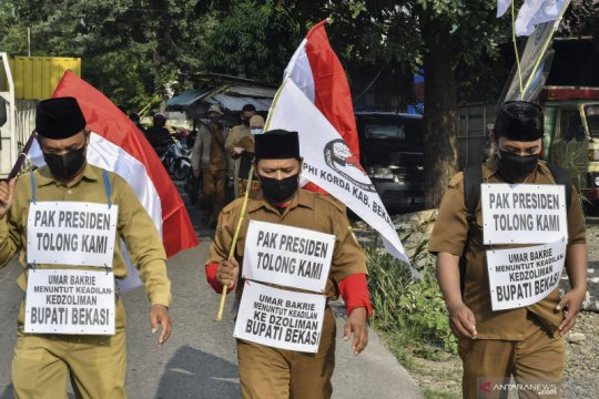 Tuntut honor, tiga orang guru honorer jalan kaki dari Bekasi ke Istana Merdeka, Jakarta