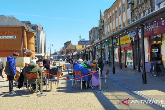Lockdown dibuka, warga Inggris padati kafe dan tempat wisata