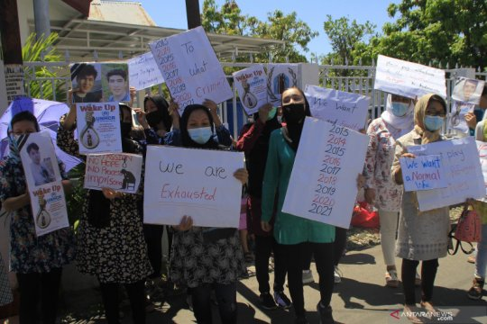Puluhan pengungsi asal Afganistan demonstrasi di kantor IOM Kupang