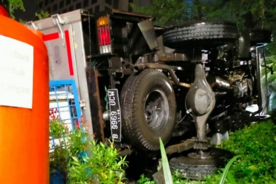 Sebuah truk kecelakaan di Dukuh Atas