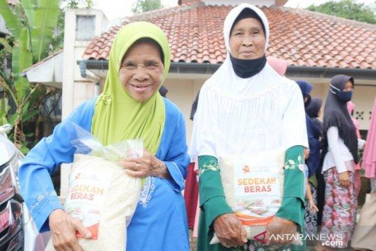 Jompo-yatim-janda dibantu Radio Fajri lewat Tebar Beras Ramadhan