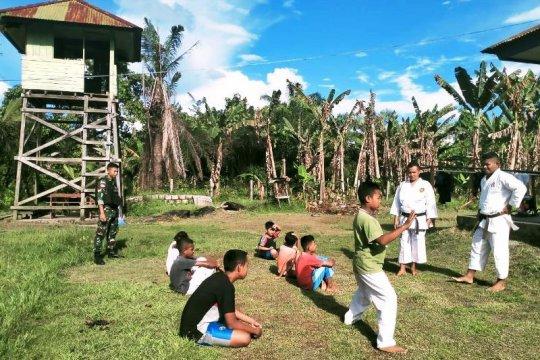 Satgas TNI beri latihan bela diri karate untuk anak di perbatasan