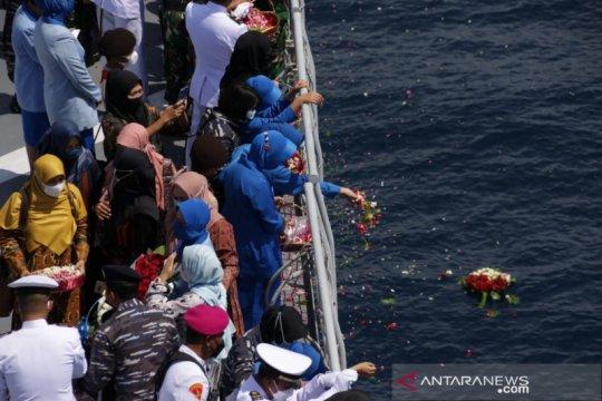 Kasal pimpin tabur bunga untuk KRI Nanggala-402